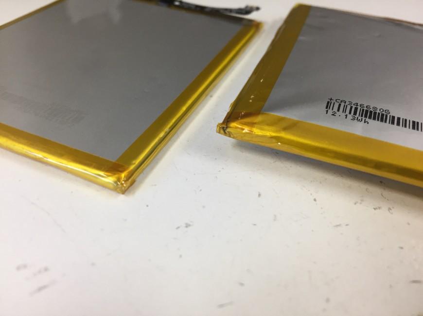 正常なバッテリーと膨張したバッテリーの厚みを比べているZenfone4(ZE554KL)