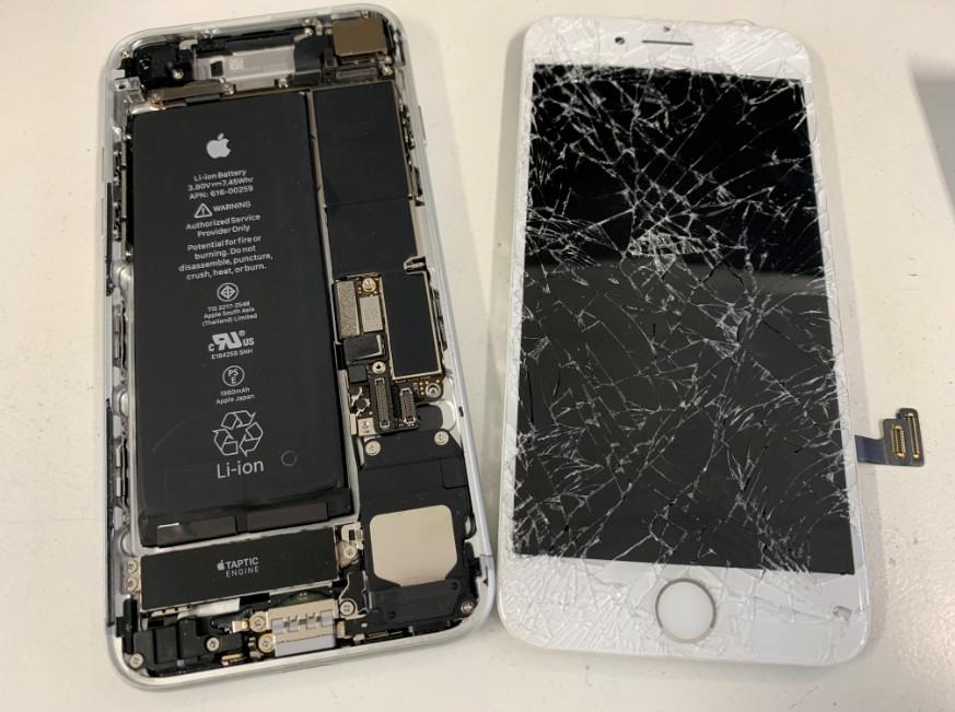 割れた画面を取り出したiPhone7