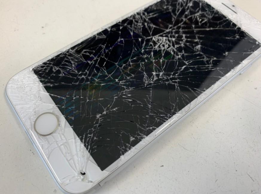 iPhone7のガラスが粉々に割れている