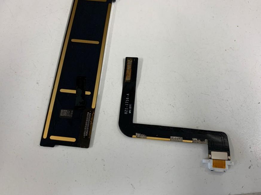 基板から充電部分パーツを剥がしたiPad第5世代