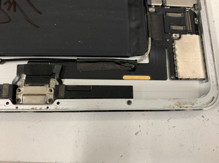 本体に収まっているiPadAir2の充電部分