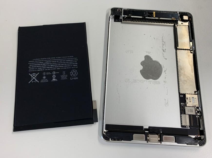 バッテリーを取り出したiPadmini4