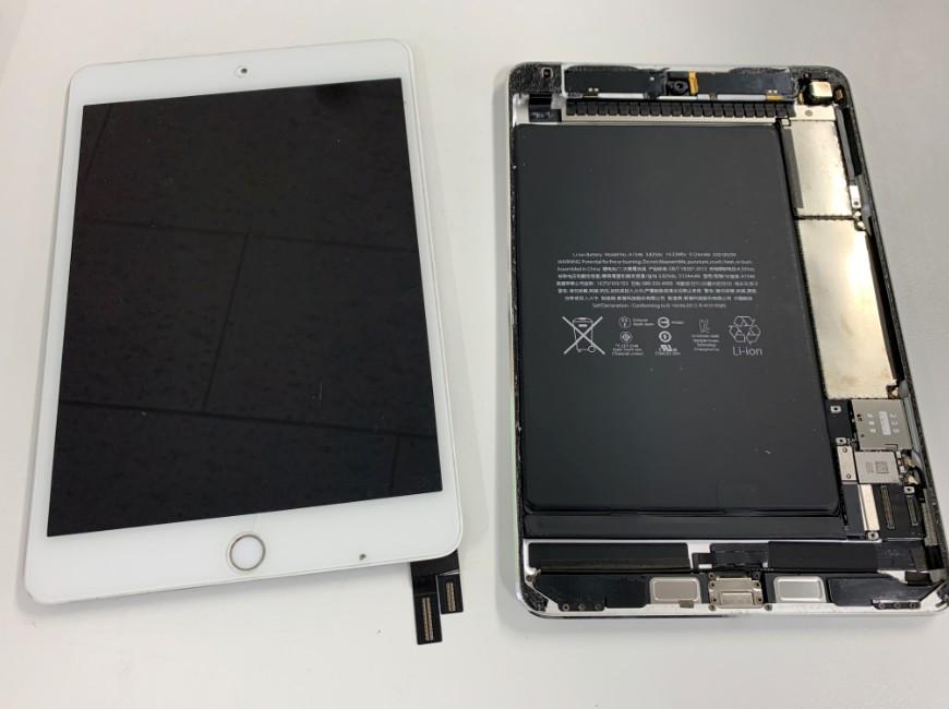 画面パーツを本体から取り出したiPad mini4
