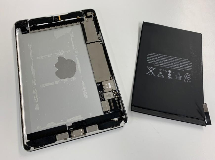 バッテリーを取り出したiPad mini4