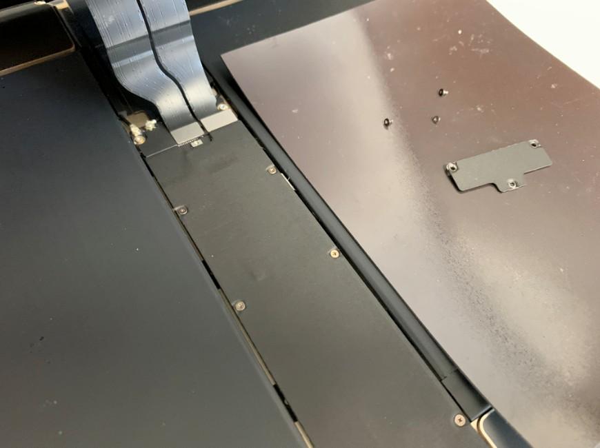 画面のコネクタを止めたプレートを外したiPad Pro 12.9 (第1世代)