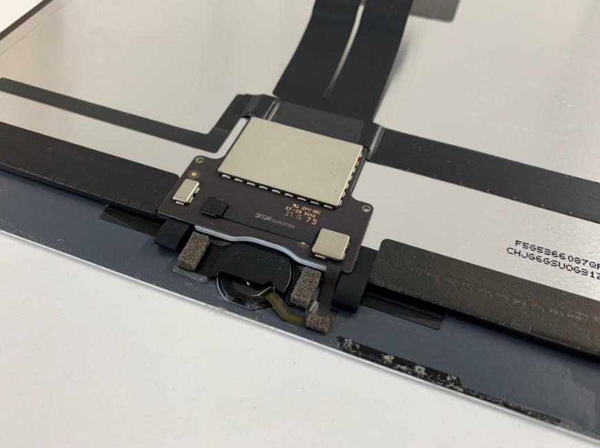 ホームボタンを取ろうとしているiPad Pro 12.9 (第1世代)