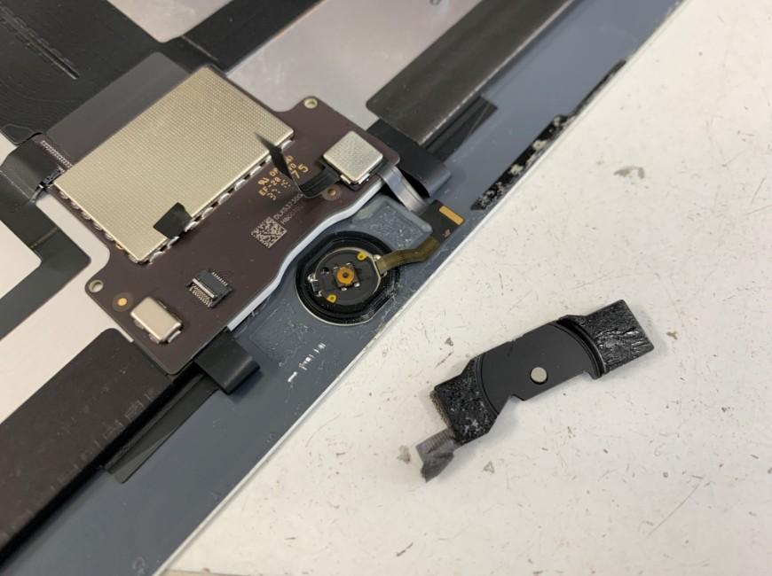 ホームボタンを止めてプレートを外したiPad Pro 12.9 (第1世代)