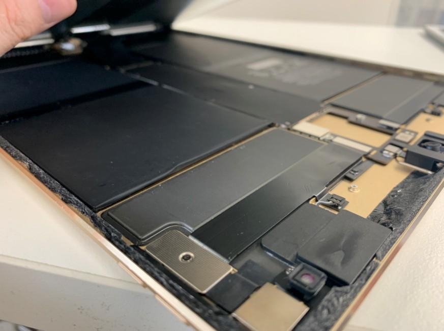 画面を開いて分解しているiPadPro12.9インチ第2世代