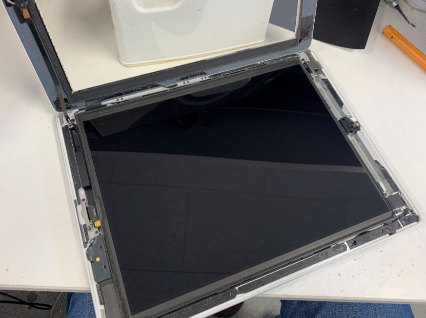ガラスを剥がして持ち上げたiPad第4世代
