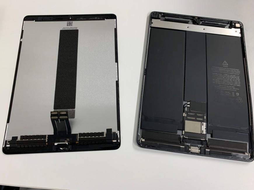 画面パーツを本体から取り外したiPadAir3