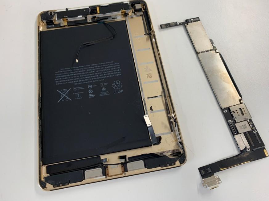 本体から基板を取り出したiPadmini4