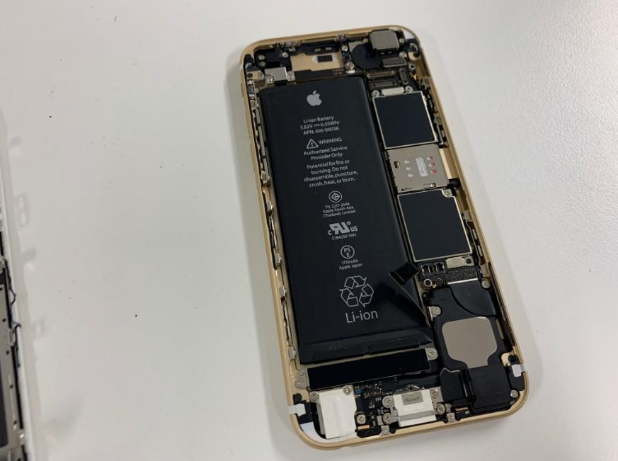 画面を剥がして分解しているiPhone6s