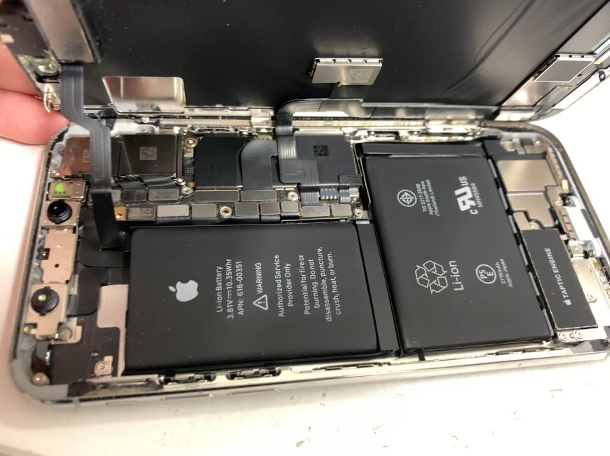 コネクタを止めたプレートを外したiPhoneX