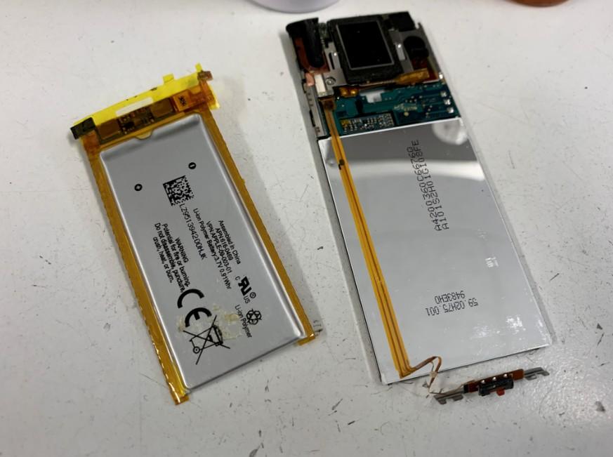 劣化したバッテリーを取り出したiPod nano第5世代