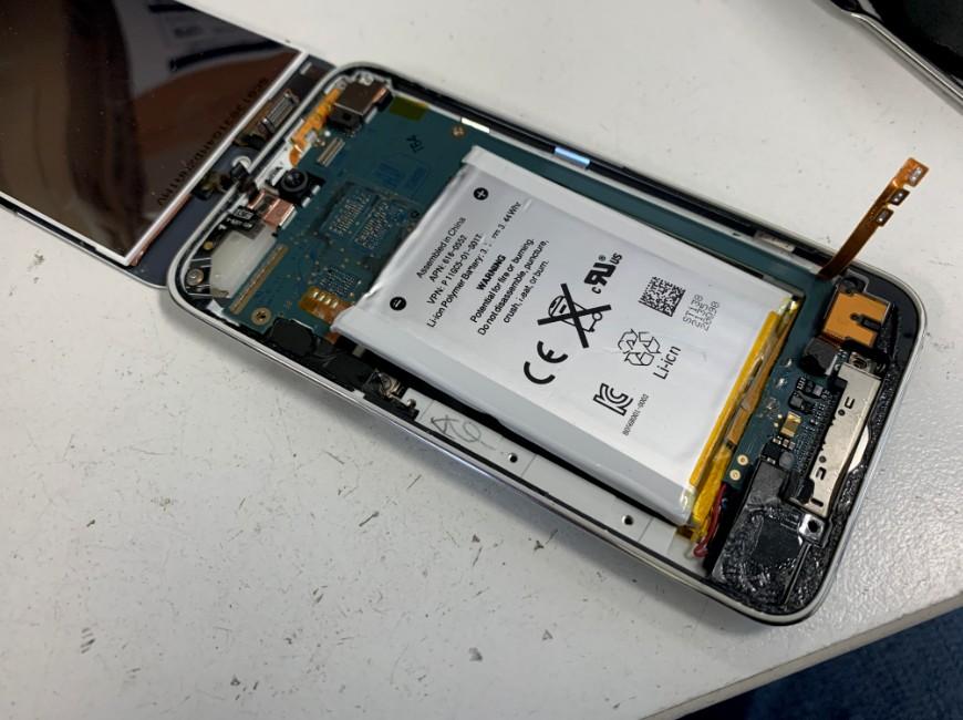 バッテリーケーブルを外したiPodTouch第4世代