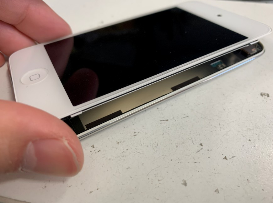 表面ガラスを剥がしたiPodTouch第4世代