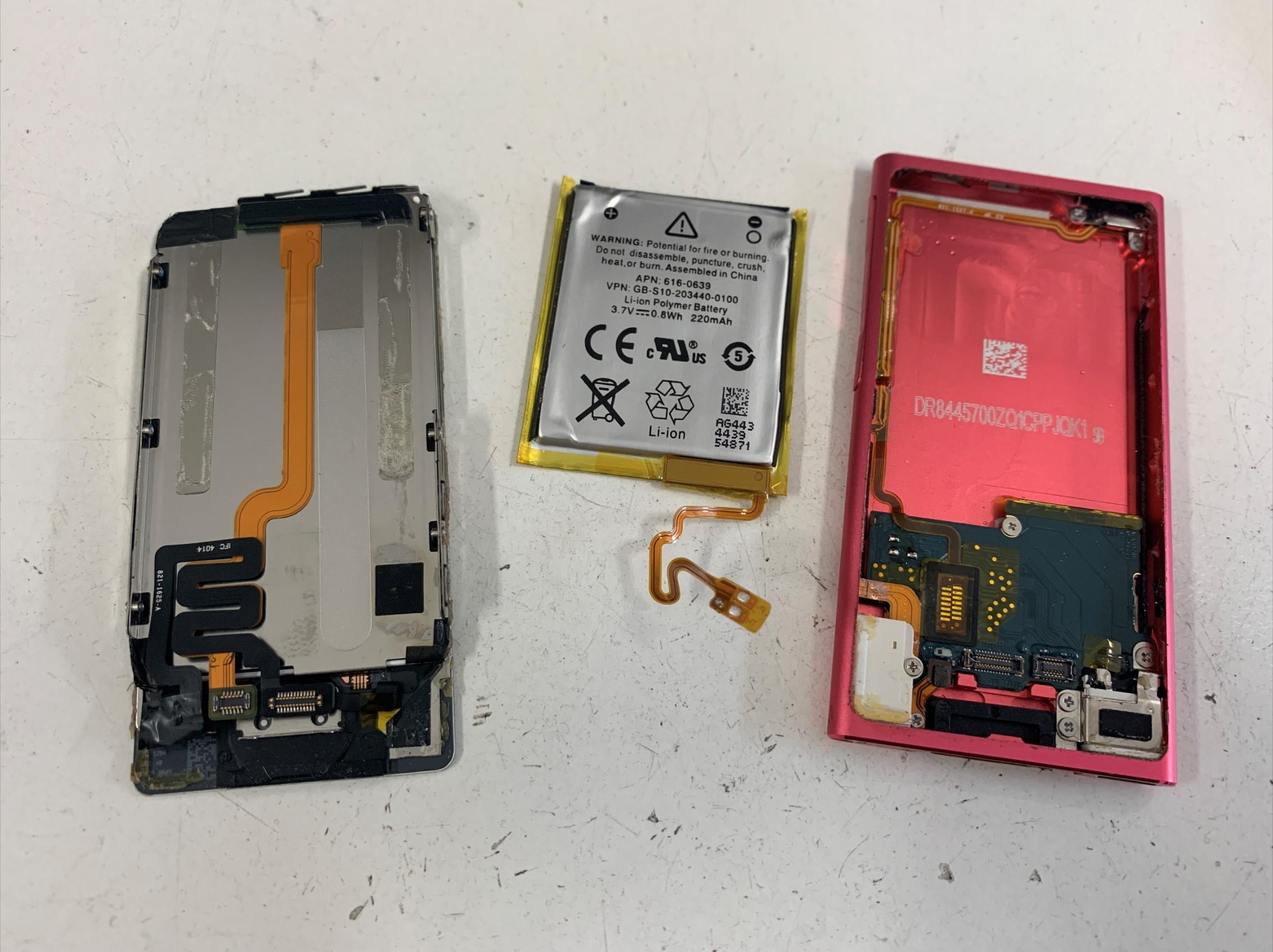 バッテリーを取り出したiPod nano 第7世代