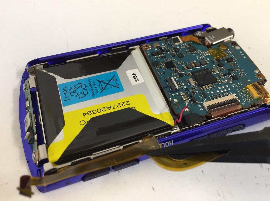 バッテリー上のケーブルを外したNW-A867
