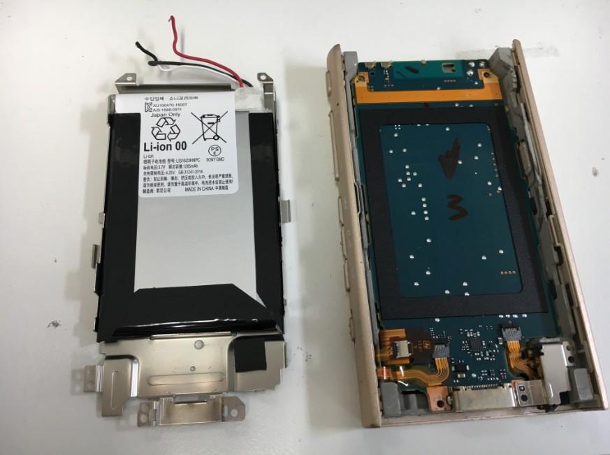 バッテリーを本体から取り出したウォークマンNW-A45