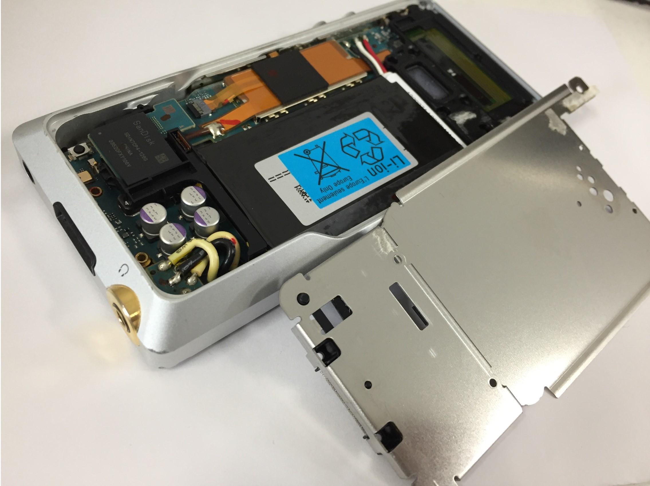 本体内部のプレートを外したWALKMAN NW-ZX1