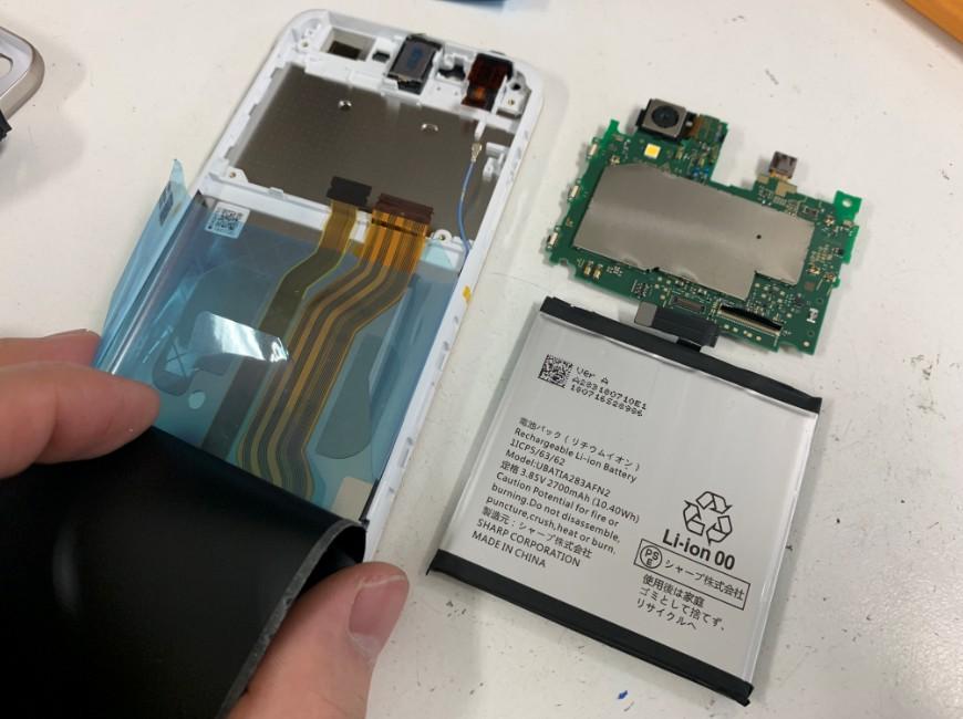 バッテリーと基板を取り外したAQUOS sense(SH-01K)