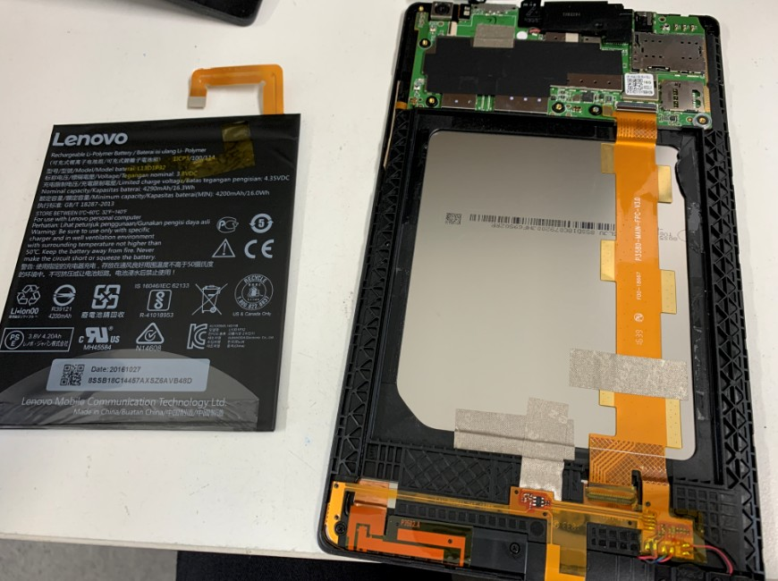 劣化したバッテリーを取り出したLenovo Tab3