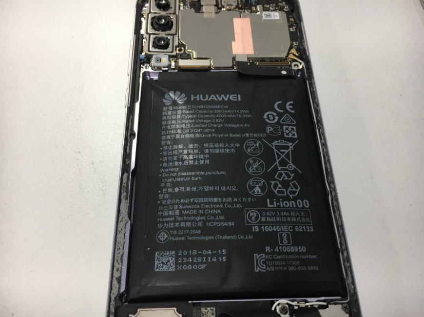 バッテリーコネクタを外しているP20 Pro