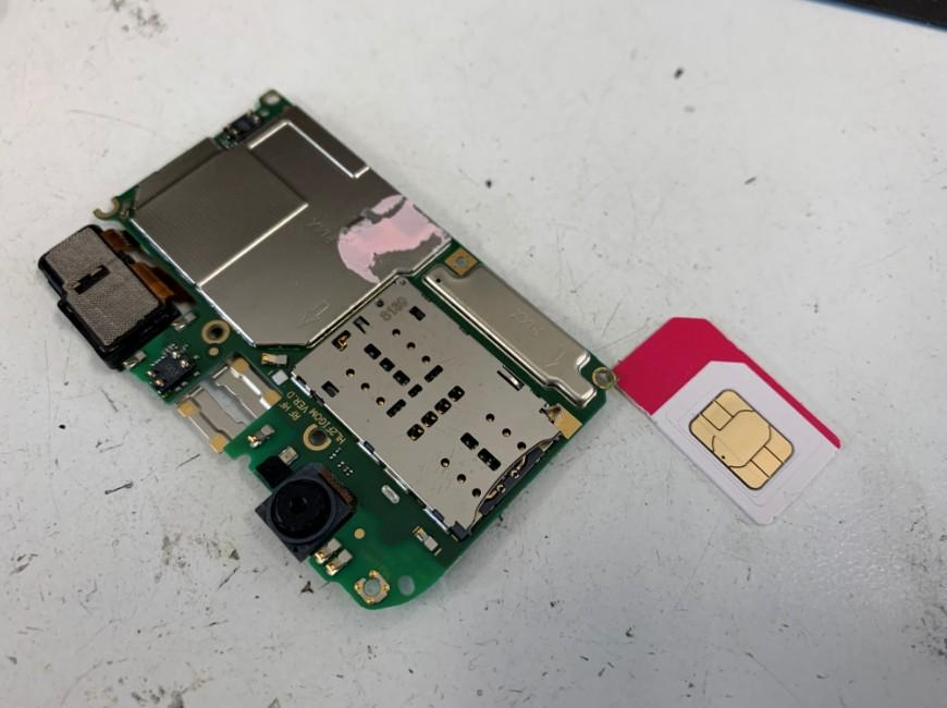 基板からSIMカードを取り出したP20lite