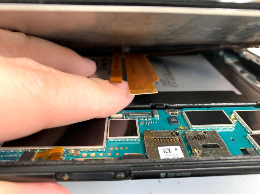 画面と電源ボタンのコネクタを外したXperia Z3 Tablet Compact