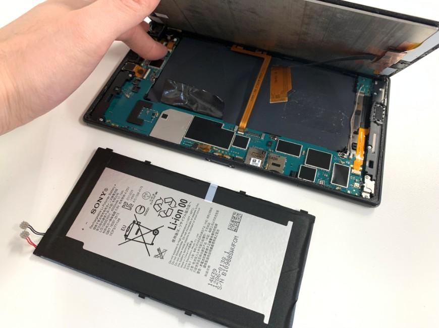 バッテリーを本体から取り出したXperia Z3 Tablet Compact
