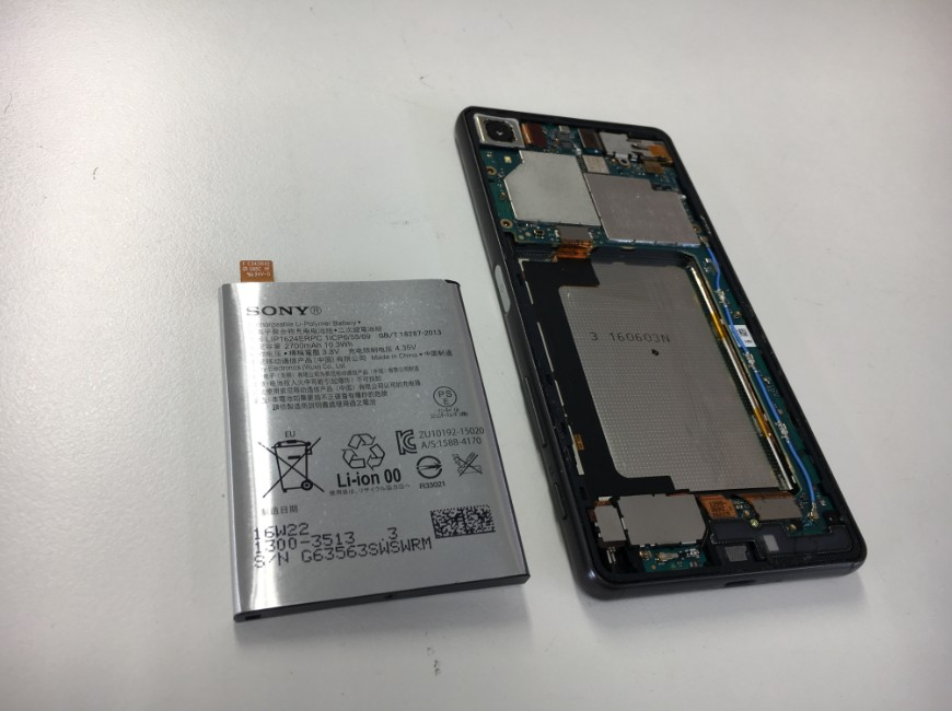 バッテリーを本体から取り出したXperia X performance