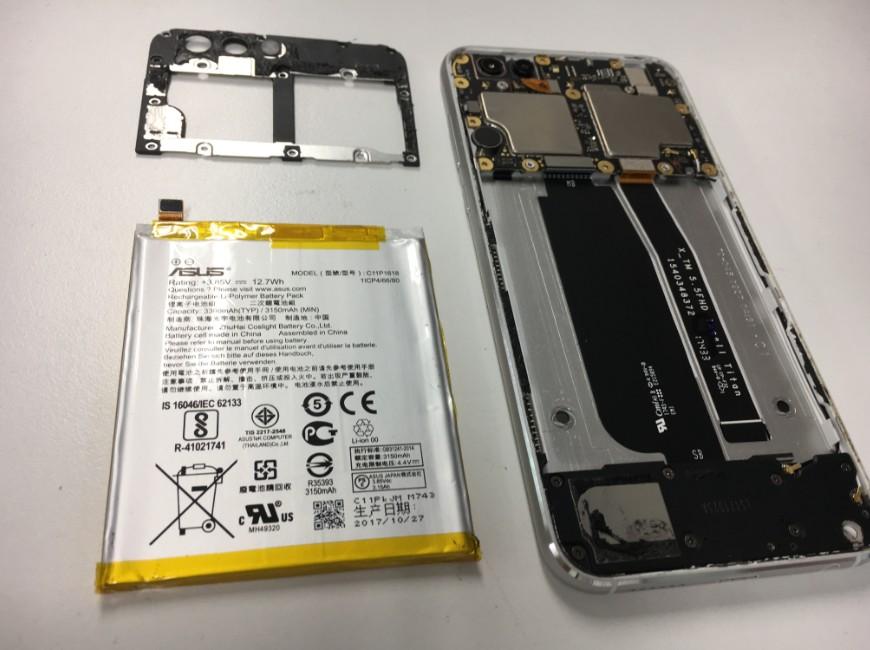 バッテリーを本体から取り出したZenfone4