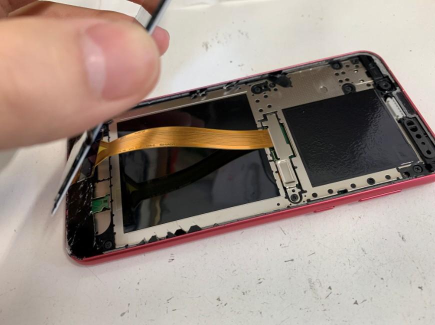 画面を本体から持ち上げたAndroid One S5