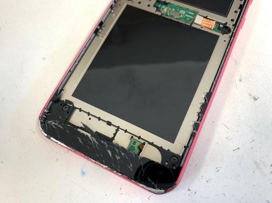 ガラスの破片が残ったAndroid One S5の本体下部