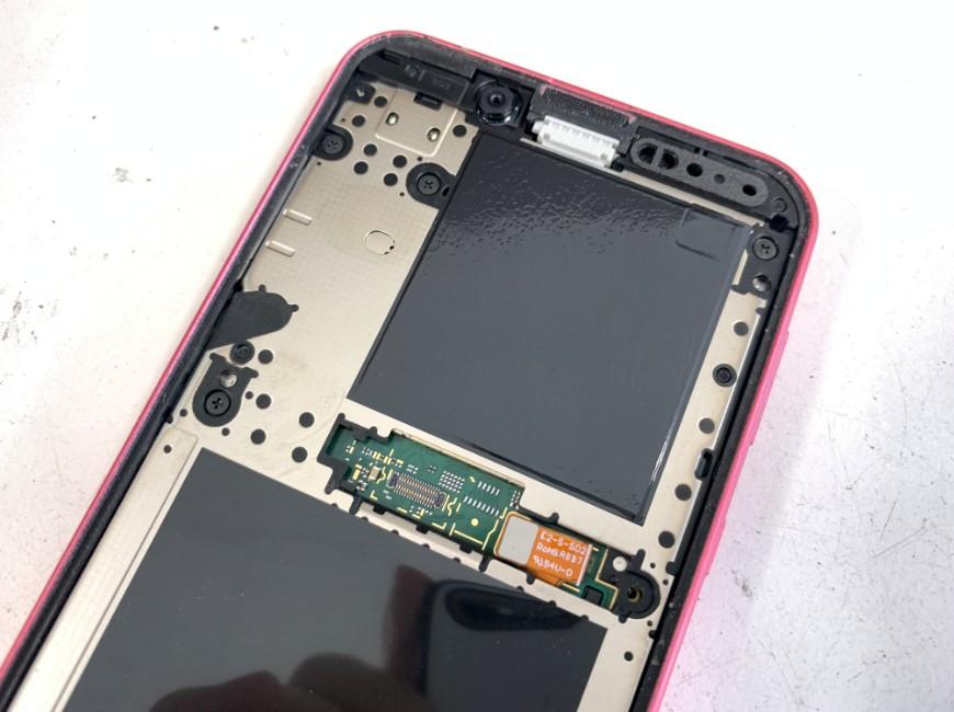 ガラスの破片を除去したAndroid One S5の本体上部