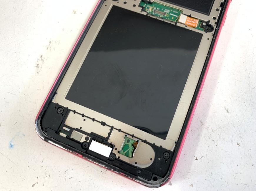 ガラスの破片を除去したAndroid One S5の本体下部