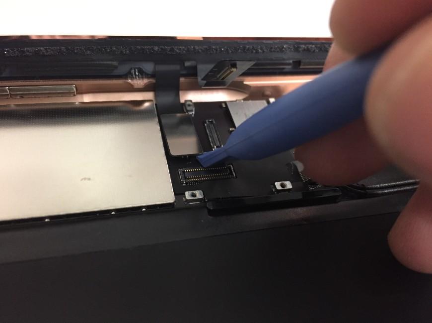 画面コネクタを外しているiPad第6世代