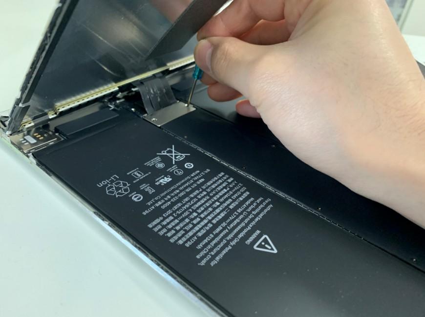 画面を本体に固定しているプレートを外そうとしているiPad Pro 10.5