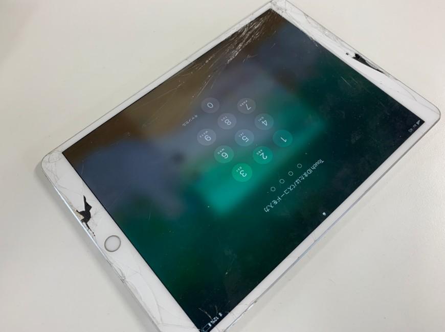 表面ガラスが割れて穴が空いているiPad Pro 10.5