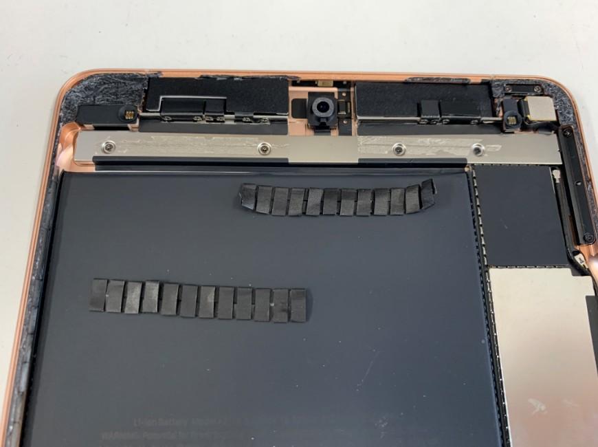 絶縁テープを剥がしたiPad mini5