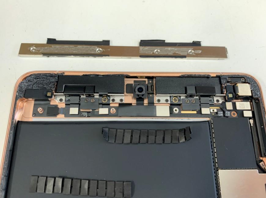 本体上部のプレートを剥がしたiPad mini5
