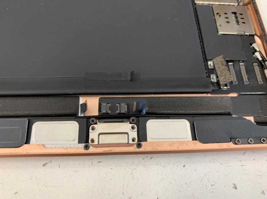 絶縁テープなどを剥がしているiPad mini5