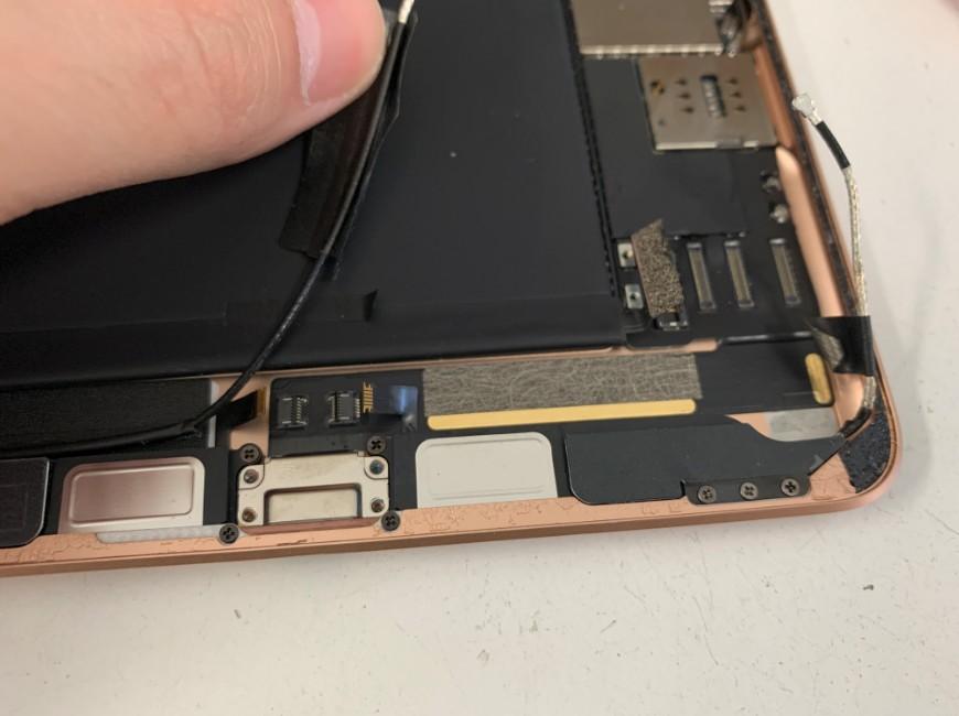 コネクタをなどを外して分解の準備が出来たiPad mini5