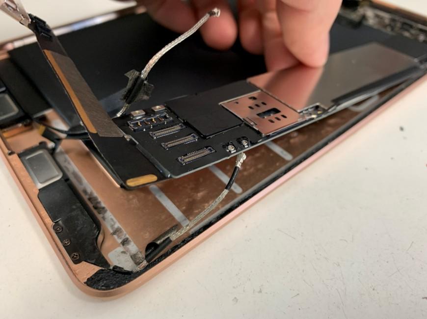 基板を剥がしているiPad mini5