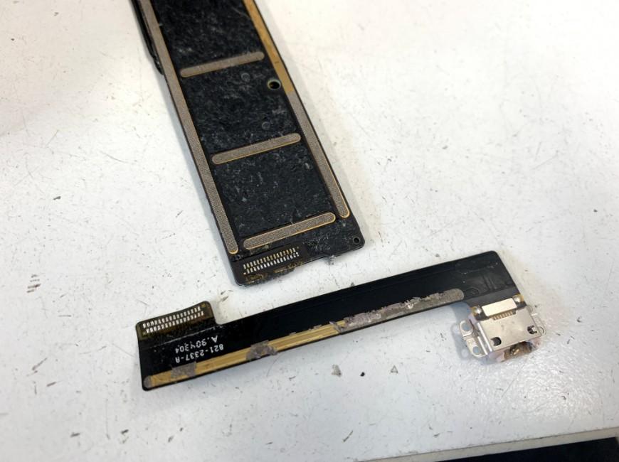 はんだ小手を使って充電部分を剥がしたiPad mini5