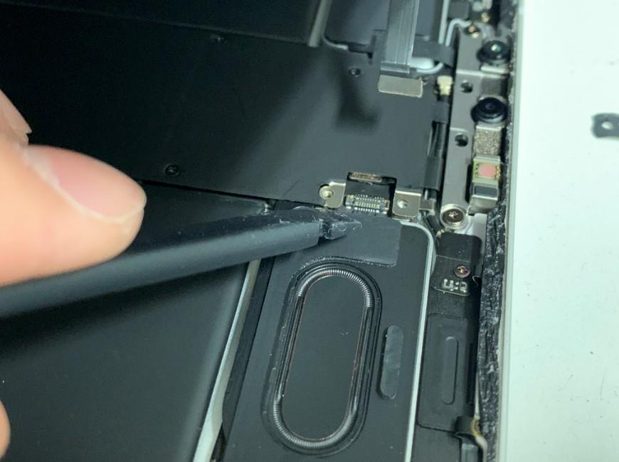 FaceIDのコネクタを外したiPadPro11