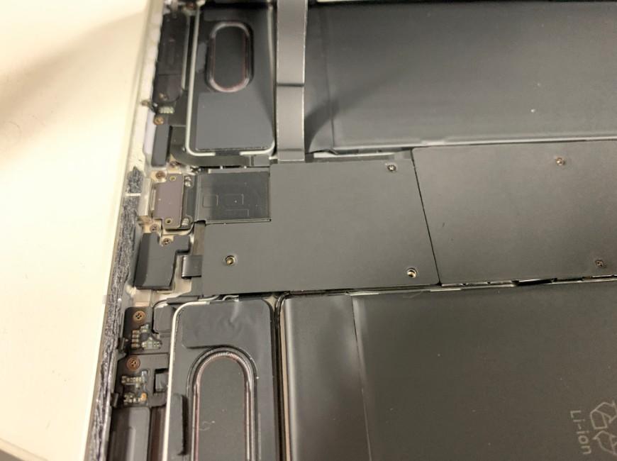 iPadPro11の充電口部分を覆った黒いプレート