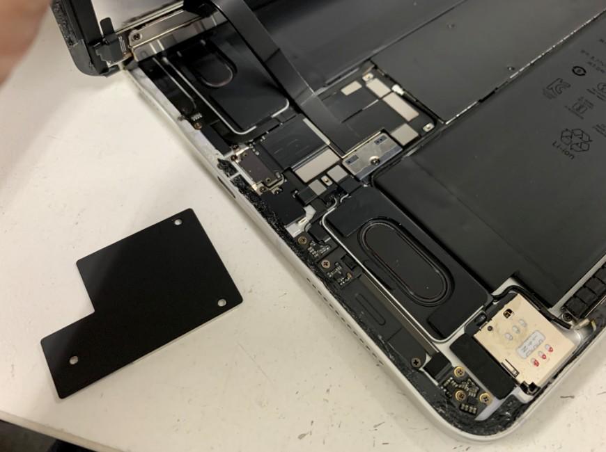 本体内から黒いプレートを取り出したiPadPro11