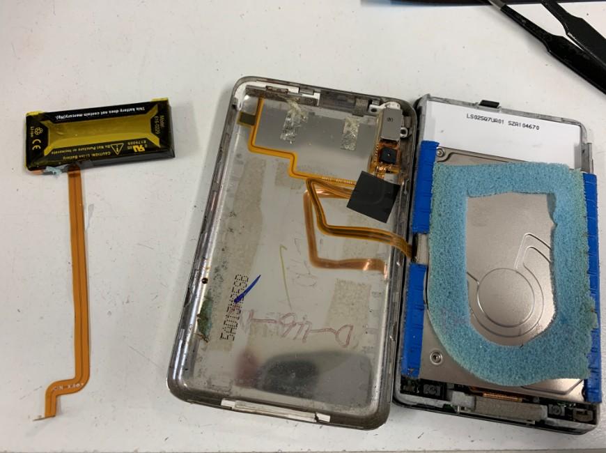 バッテリーを取り出したiPod Classic(30GB)