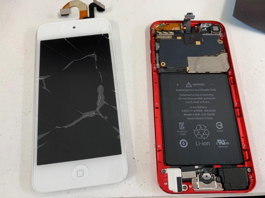 画面パーツを本体から取り出したiPod Touch第7世代